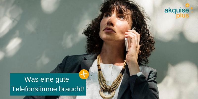 Frau macht Telefonakquise